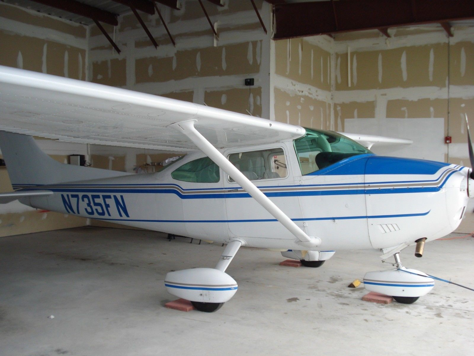 hangared 1977 Cessna 182Q aircraft for sale