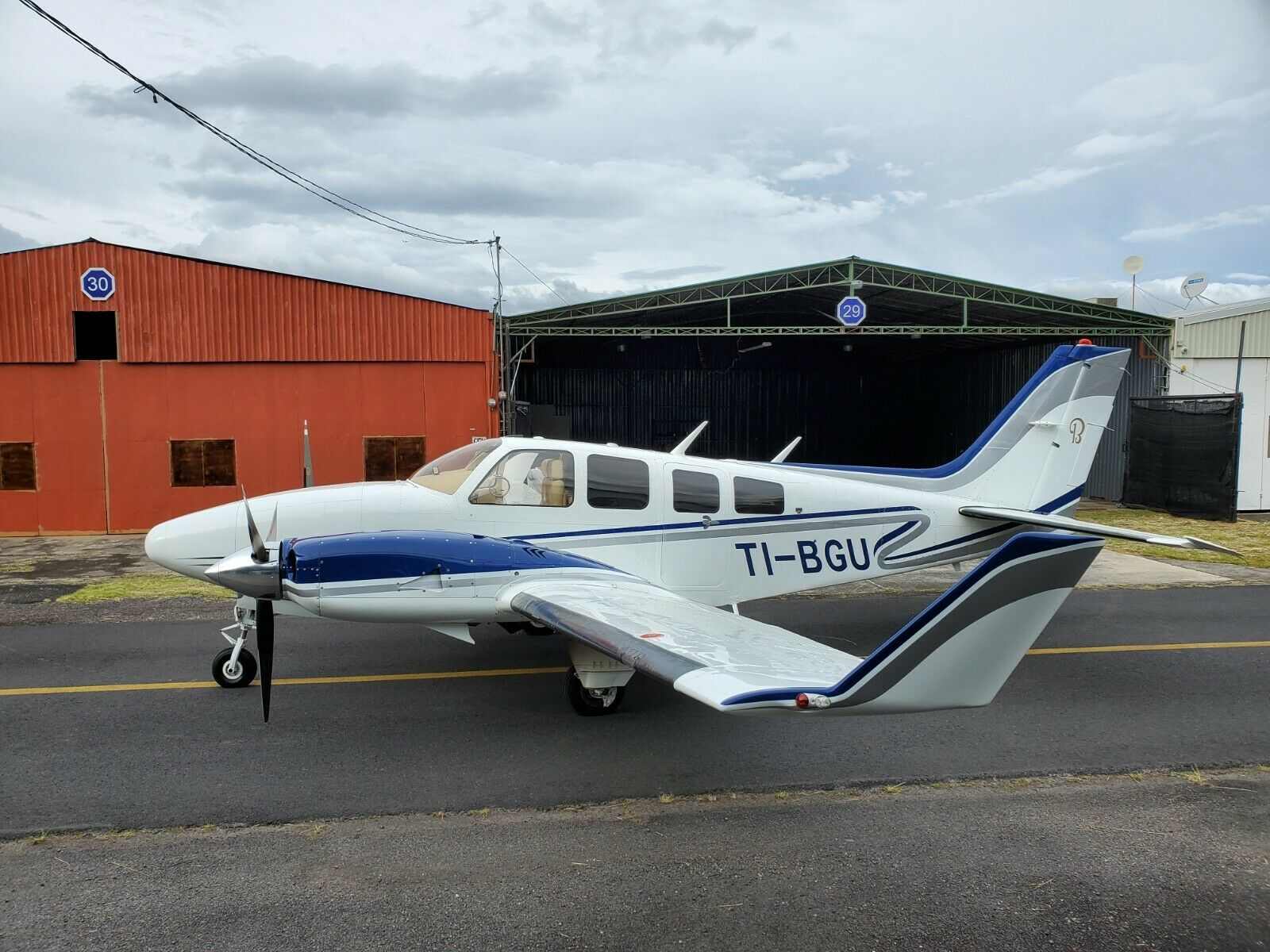 Immaculate 1976 Beechcraft 58P Baron Pressurized aircraft